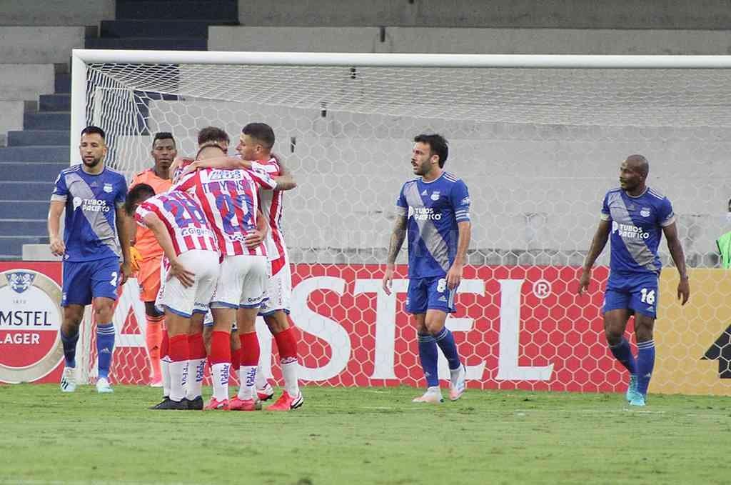 El primero. Cañete, Troyansky y García saludan a Cabrera, autor del gol que abrió el marcador en Guayaquil. Crédito: Gentileza Conmebol
