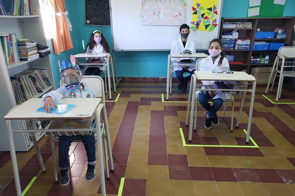 Nueva normalidad. Los alumnos de la escuela rural, con máscaras en el aula. Crédito: Mirador Provincial
