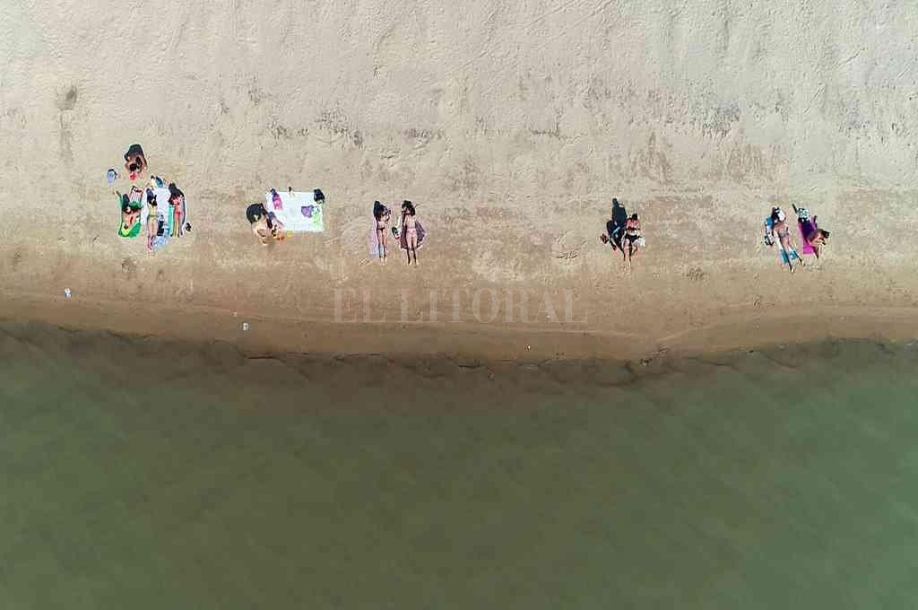Costanera Este. En la ciudad de Santa Fe, el fin de semana hubo gente en las playas, pero no tanto descontrol como en el sur provincial. Crédito: Fernando Nicola