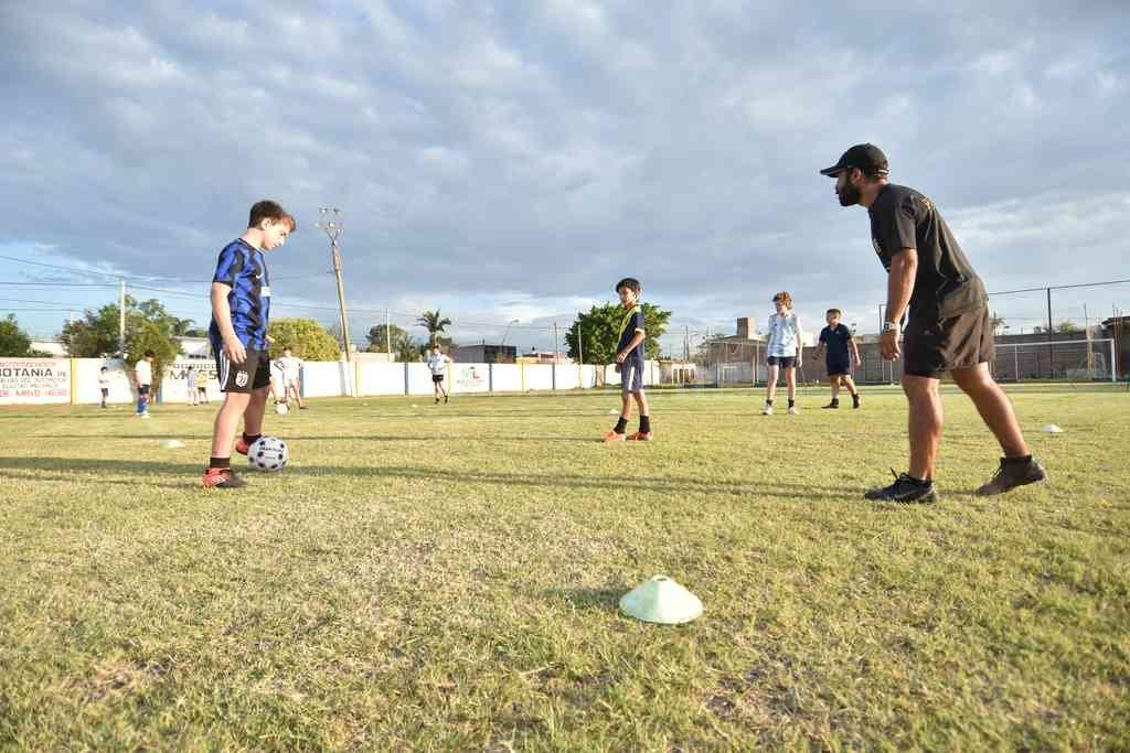Los jugadores en acción. Trabajos físicos livianos y luego hubo tarea con las pelotas. Crédito: Manuel Fabatía