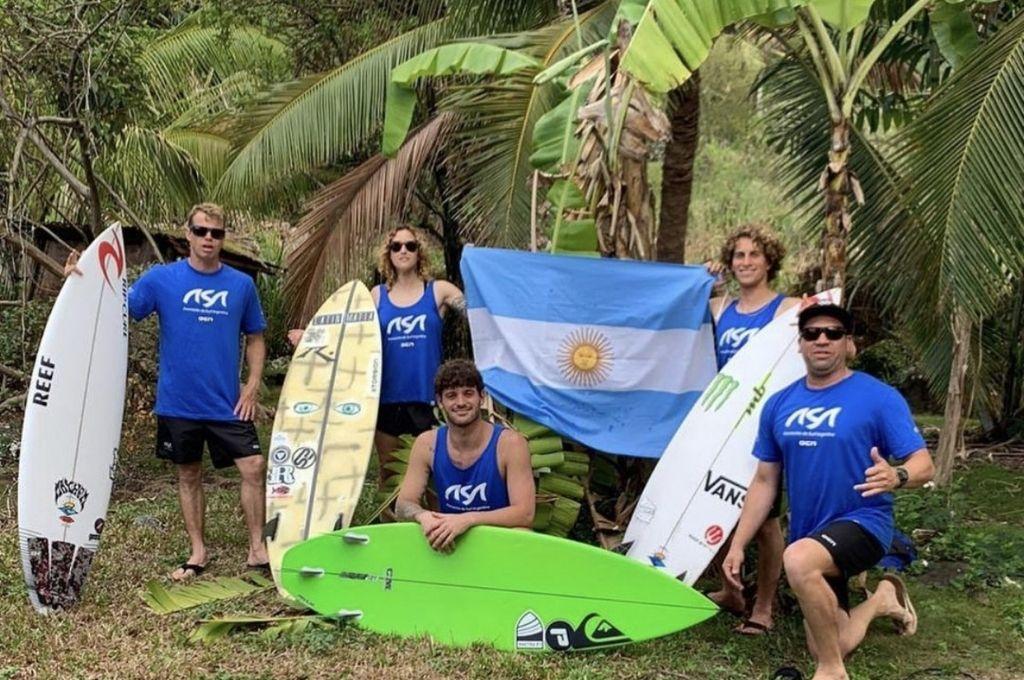 La Selección posa en Hawaii con sus cuatro surfistas (Usuna, Pellizzari, Muñiz y Gundesen) y el coach Martín Iatauro (DT). Crédito: Gentileza