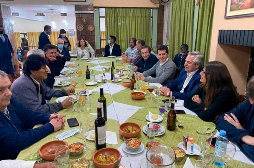 Uno de los tantos momentos que compartió la comitiva oficial de Argentina en la despedida a Evo Morales. Crédito: Gentileza