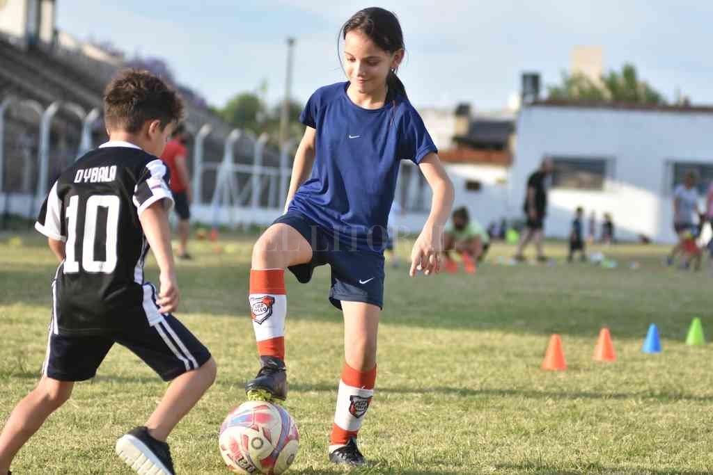 Juntos. Niñas y niños de la Escuelita de Fútbol de Gimnasia dieron rienda suelta a la felicidad que provoca correr detrás de una pelota.  Crédito: Manuel Fabatía
