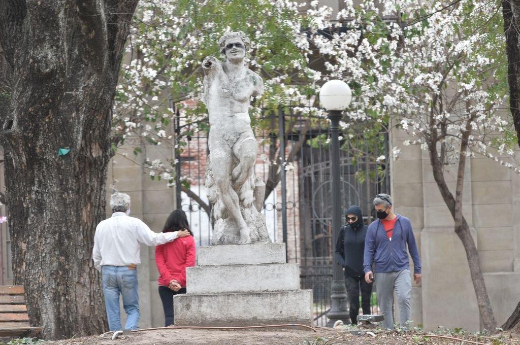 La Plaza Pueyrredón, con su feria artesanal, sus estatuas maltratadas por el vandalismo y sus fuentes de agua. Crédito: Flavio Raina
