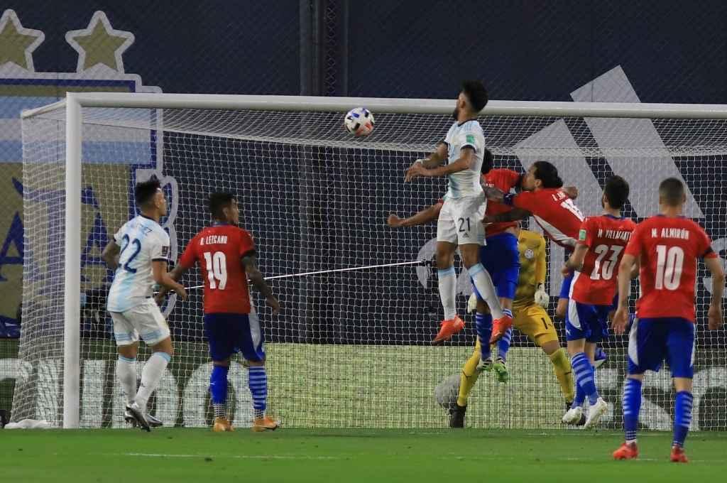 Nicolás González ya ganó en lo alto y la pelota tiene destino de gol.     Crédito: Gentileza NA