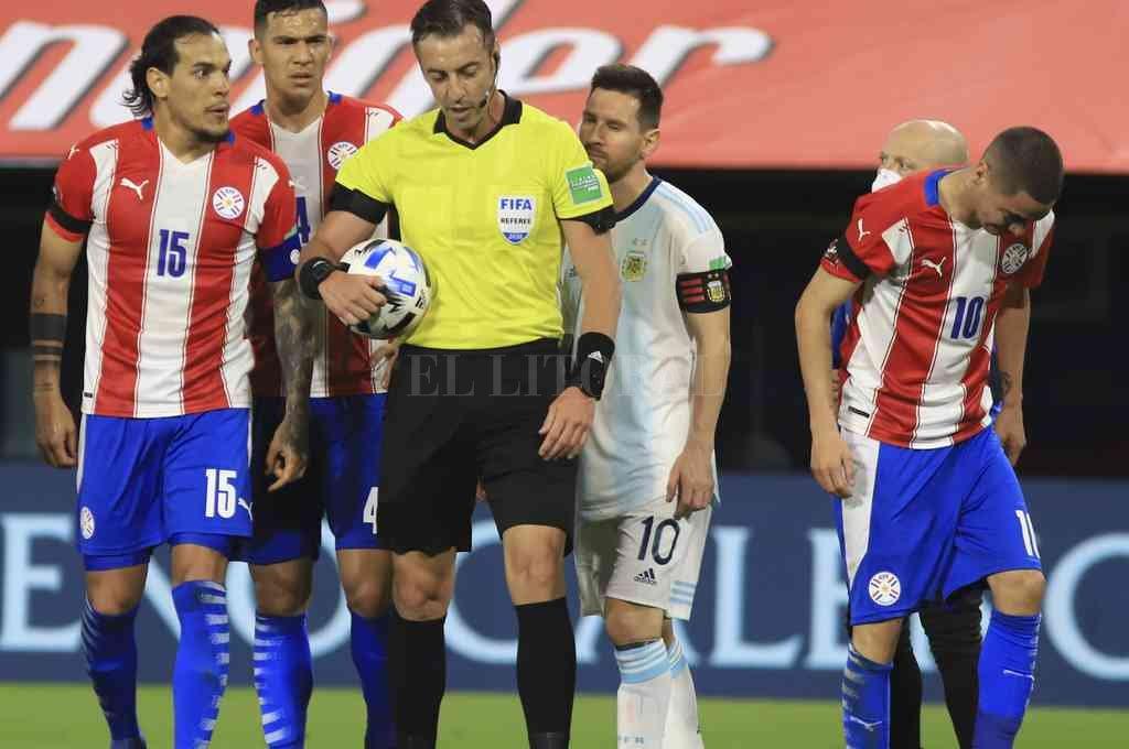 Messi le reclama a Claus, pero éste se mantiene en la postura de cobrar el penal a favor de los paraguayos. Un arbitraje polémico del hombre que dirigió la final de Colón del año pasado.