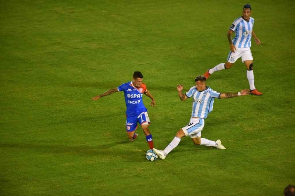 Javier Cabrera lucha con Augusto Lotti, el volante uruguayo hizo un buen partido.   Crédito: Diego Araoz - La Gaceta