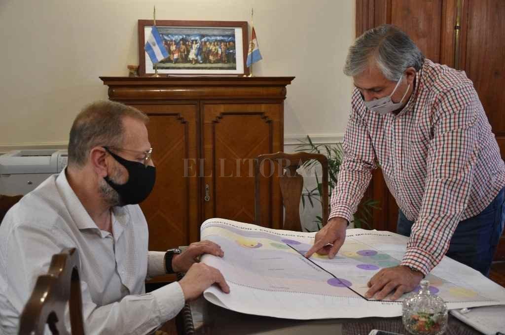 Corach y Michlig con el plano y la zona donde el gobierno provincial trabaja en la ciudad de Santa Fe.     Crédito: Pablo Aguirre