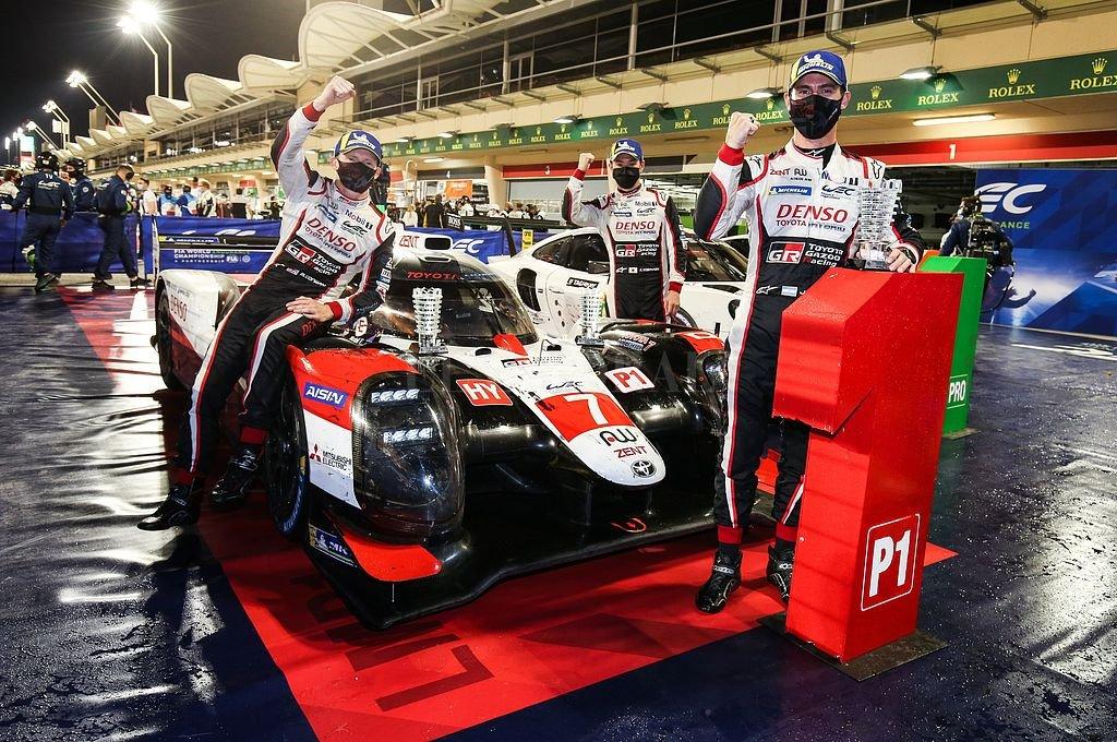 El argentino José María López, el británico Mike Conway y el japonés Kamui Kobayashi junto al Toyota TS050 Hybrid #7 con el que consiguieron el título. Crédito: @Toyota_Hybrid