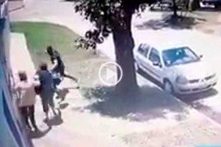 Motochorro revolcó a dos mujeres en el barrio Sargento Cabral