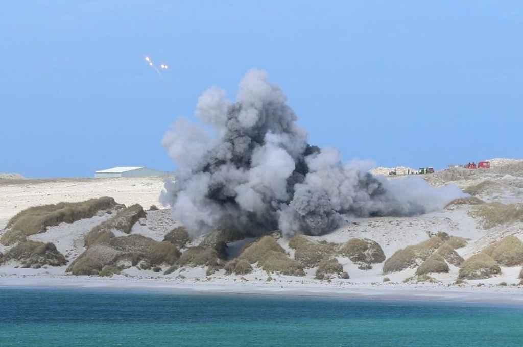 Detonación de la última bomba en la bahía Yorke. La fotografía fue suministrada a Gustavo Peretti por Teena Ormond, residente de Malvinas.    Crédito: Gentileza