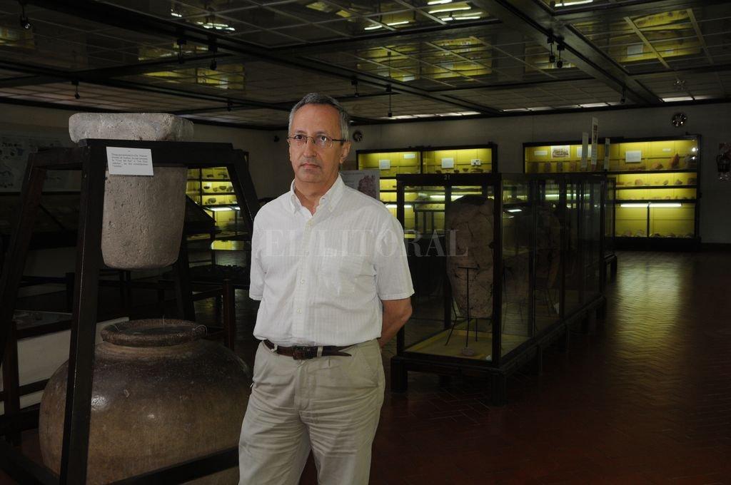 El arquitecto Luis María Calvo en 2013 en el Museo Etnográfico y Colonial Juan de Garay, el lugar dónde desarrolló su labor durante varias décadas. Crédito: Archivo El Litoral / Flavio Raina