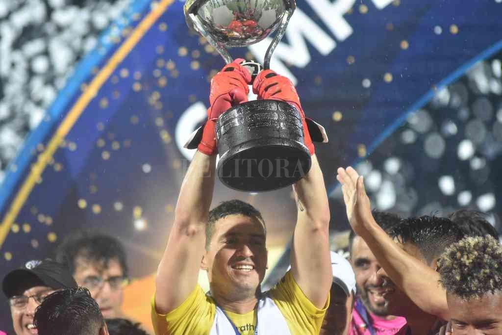 ¿La buena Pipa?. Jorge Vladimir Pinos, el 9/11/2019 en La Olla, levantando la Copa Sudamericana. Colón reclama