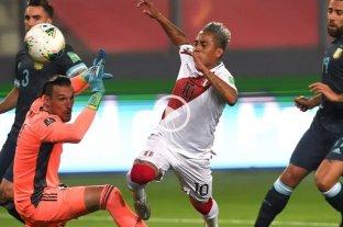 Video: Así fue la discusión del árbitro Roldán con el VAR por el posible penal de Perú ante Argentina -  -