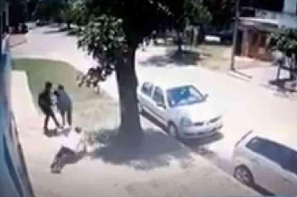 Madre e hija caminaban en dirección a la casa de un familiar, cuando fueron violentamente abordadas para quitarles una cartera. Crédito: Captura de video