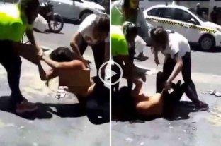 Tucumán: comerciantes capturaron a una supuesta mechera, la golpearon y la desnudaron en plena calle -  -