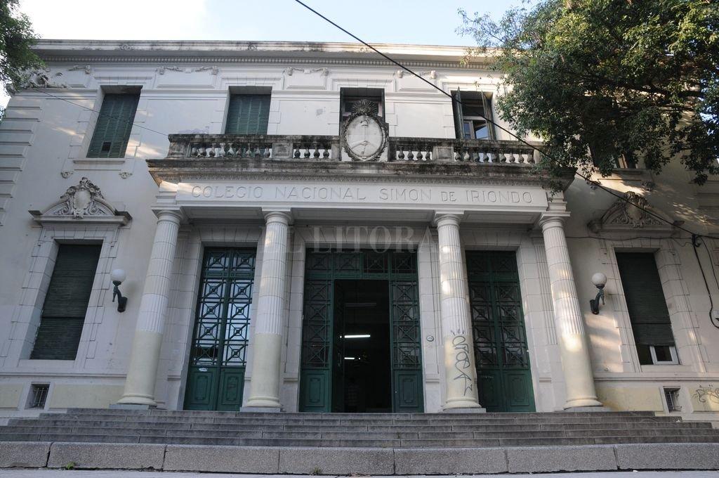 Colegio Nacional Simón de Iriondo. El énfasis puesto en la educación se reflejaba en los edificios escolares que mostraban hacia la calle la dignidad de sus arquitecturas, y, puertas adentro, el prestigio social de la docencia. Crédito: Flavio Raina