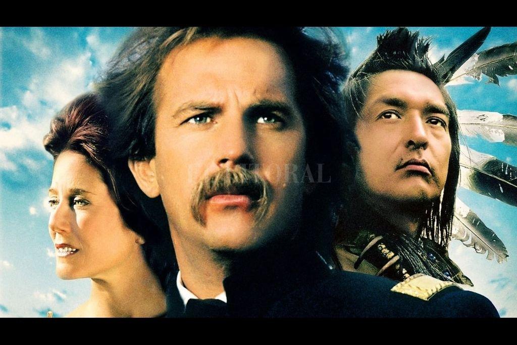Kevin Costner realiza una de sus mejores interpretaciones como John Dunbar, decepcionado militar que se hace amigo de los indios sioux luego de ser trasladado a un lejano puesto fronterizo. Crédito:  Orion Pictures, Tig Productions