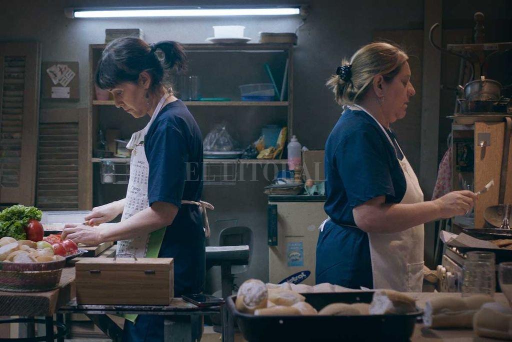 En el film, Lila y Marcela trabajan desde siempre como personal de limpieza en una dependencia estatal.  Crédito: Campo Cine, Salado Films