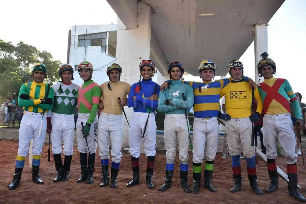 Los jinetes que animaron el Pellegrini del año pasado, que en la arena fue ganado por el caballo Blue Dacnis (corre esta nueva edición) del stud