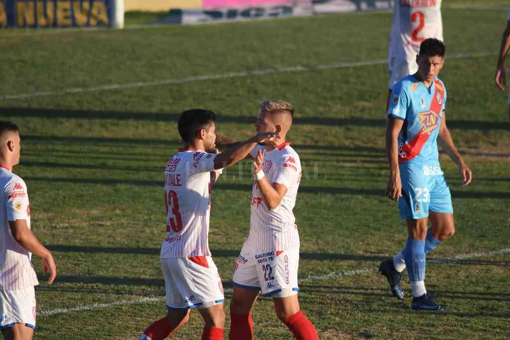 El abrazo de Luna Diale, importantísimo en el segundo tiempo, con Troyansky en el final del partido. Misión cumplida con creces en Sarandí. Crédito: Rubén Paredes - pool Argra