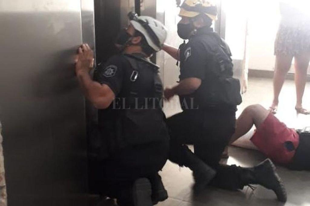 Los bomberos tuvieron que trabajar arduamente para abrir las puertas deformadas del ascensor, que se precipitó desde un séptimo piso. Crédito: Mirador