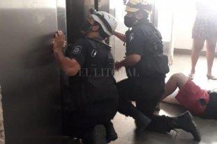 Cayó un ascensor y sus cinco ocupantes resultaron lesionados - Los bomberos tuvieron que trabajar arduamente para abrir las puertas deformadas del ascensor, que se precipitó desde un séptimo piso.