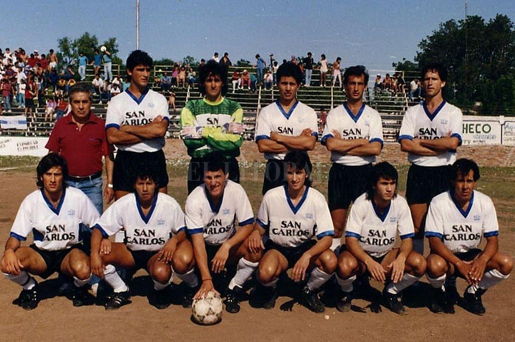 Formación inolvidable. El equipo de Atenas campeón de 1990 sigue presente en la memoria del fútbol santotomesino y de toda una gran región. Crédito: Archivo