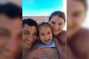 Denuncian discriminación contra  una pequeña con autismo leve - En familia. Dolores junto a su papá Adrián y su mamá Soledad.