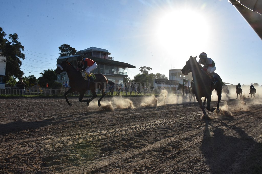 Sycomore War domina por el centro de la pista a Predatore. Final electrizante del Carlos Pellegrini. Crédito: Manuel Alberto Fabatía
