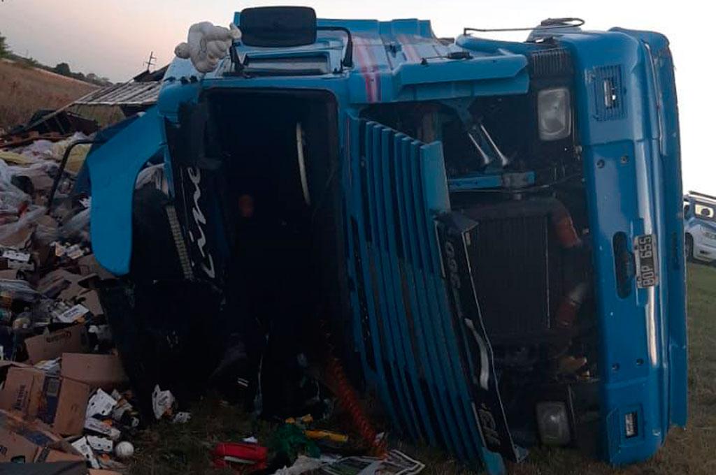 El vehículo de gran porte se salió de la cinta asfáltica en jurisdicción de Barrancas, mientras era perseguido por la policía. Crédito: Prensa URXV