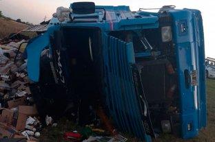 Persecución y vuelco de un camión en autopista - El vehículo de gran porte se salió de la cinta asfáltica en jurisdicción de Barrancas, mientras era perseguido por la policía. -