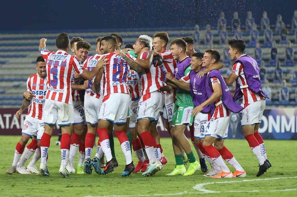 El gran festejo de los jugadores de Unión al final del partido en Guayaquil que significó la clasificación a octavos de final. El equipo para este martes será muy parecido. Crédito: Gentileza Conmebol