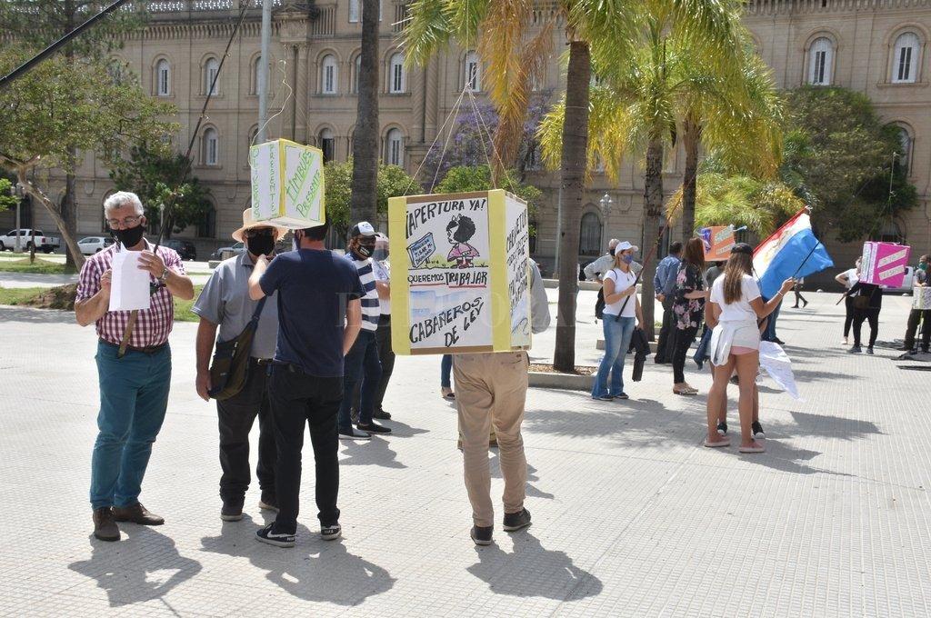 Una protesta de cabañeros y guías de pesca de diferentes puntos de la provincia frente a Casa de Gobierno. Piden volver a trabajar. Crédito: Guillermo Di Salvatore