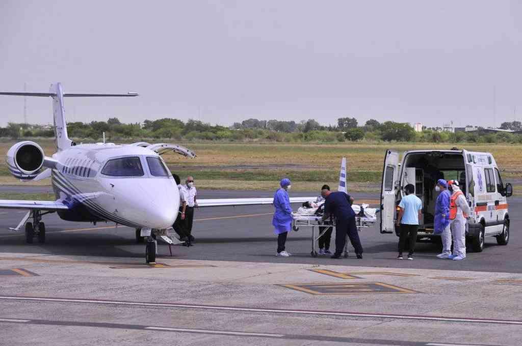 Abigail llegó desde Santiago del Estero en un avión sanitario.  Crédito: Gentileza