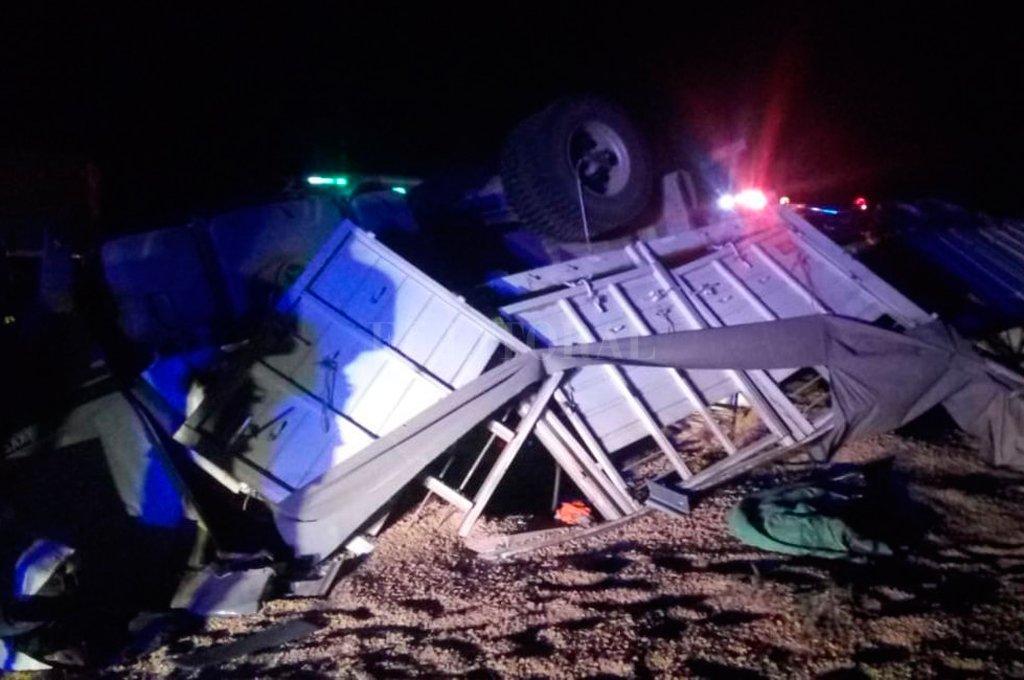 El siniestro se produjo en horas de la madrugada y los bomberos debieron rescatar al conductor que resultó ileso. Crédito: Gentileza