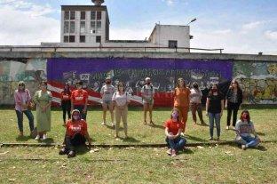Agrupaciones de fútbol feminista presentaron un mural contra la violencia de la mujer en la ciudad