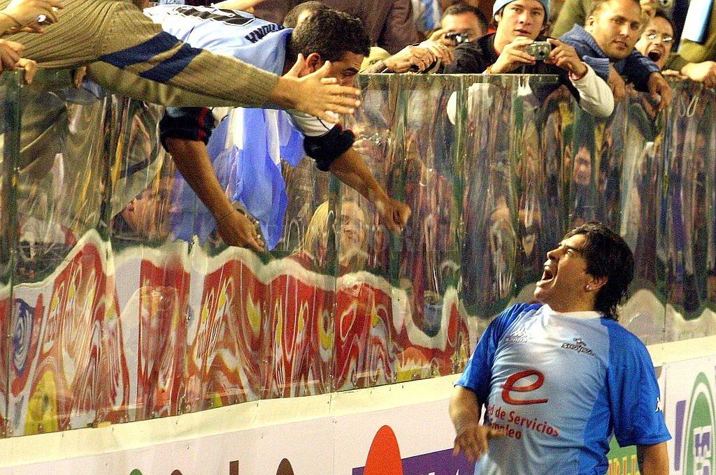 El grito más esperado. Así festeja, de cara a la gente, Diego Armando Maradona su gol en la Tecnológica. Crédito: Archivo El Litoral