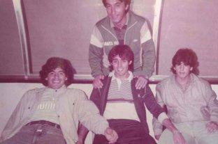 """""""Fiera, todos me preguntan quién es el que está conmigo""""   - Gustavo Ripke, autor de esta nota, de pie. Sentados, Diego Maradona, Pedro Pablo Pasculli y Hugo Maradona. Recuerdos imborrables de una gesta que quedará grabada para todos los tiempos."""
