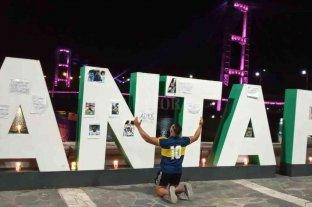 """En Santa Fe también se armó un """"altar"""" por Maradona - En la tradicional costanera santafesina, fanáticos de Diego le rinden homenaje en un """"altar"""" -"""