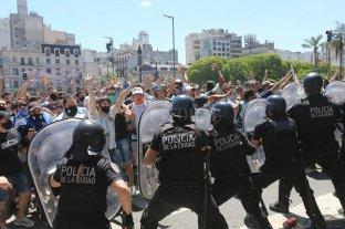 Incidentes entre la policía y la gente que fue al velatorio de Maradona