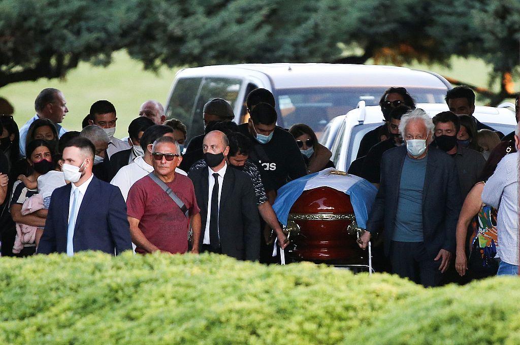 En una ceremonia íntima, inhumaron los restos de Diego Maradona -  -