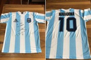 Insólito: piden hasta 15 millones de pesos por una camiseta firmada de Maradona