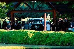 Fuerte custodia policial donde descansa el cuerpo de Maradona -  -