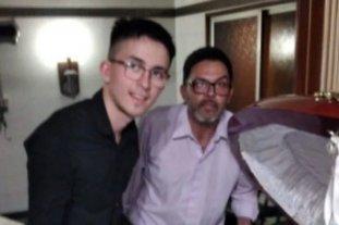 """""""Recibí amenazas, dicen que me van a matar"""" dijo uno de los hombres que se fotografió con el cajón de Maradona - La fotografía que les sacaron junto al cajón (recortada por principios éticos)."""