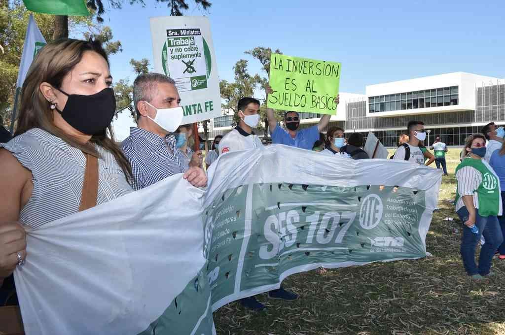 Referentes de todos los efectores de salud participaron de la jornada de protesta que se hizo al aire libre y con distanciamiento social. Crédito: Flavio Raina
