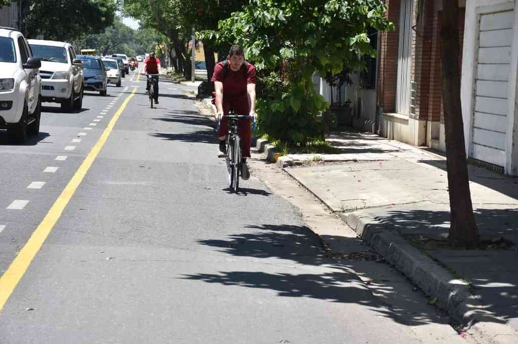 Las bicicletas con prioridad sobre los autos y motos al doblar hacia la izquierda. Crédito: Guillermo Di Salvatore