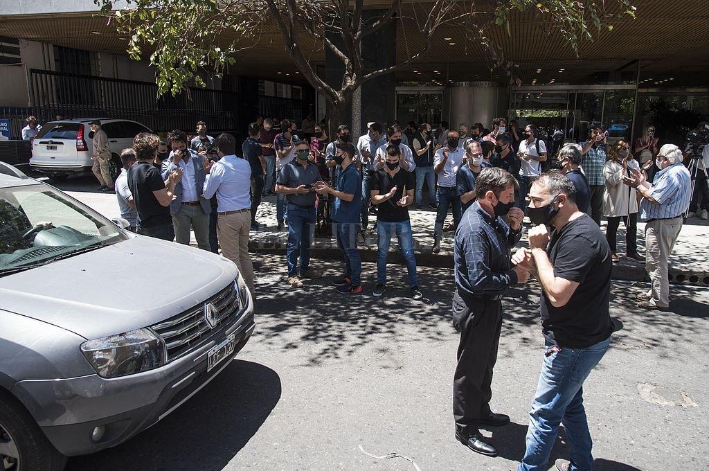 Una manifestación reciente de acreedores de Vicentin, frente a la Bolsa de Comercio de Rosario. Todavía no se termina de magnificar el impacto de la caída de Vicentin. Crédito: Archivo El Litoral / Marcelo Manera