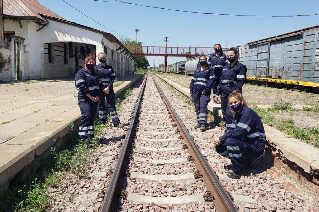 Hay equipo. El grupo de mujeres que trabaja en los talleres ferroviarios de San Cristóbal. Fotos: El Litoral Crédito: El Litoral