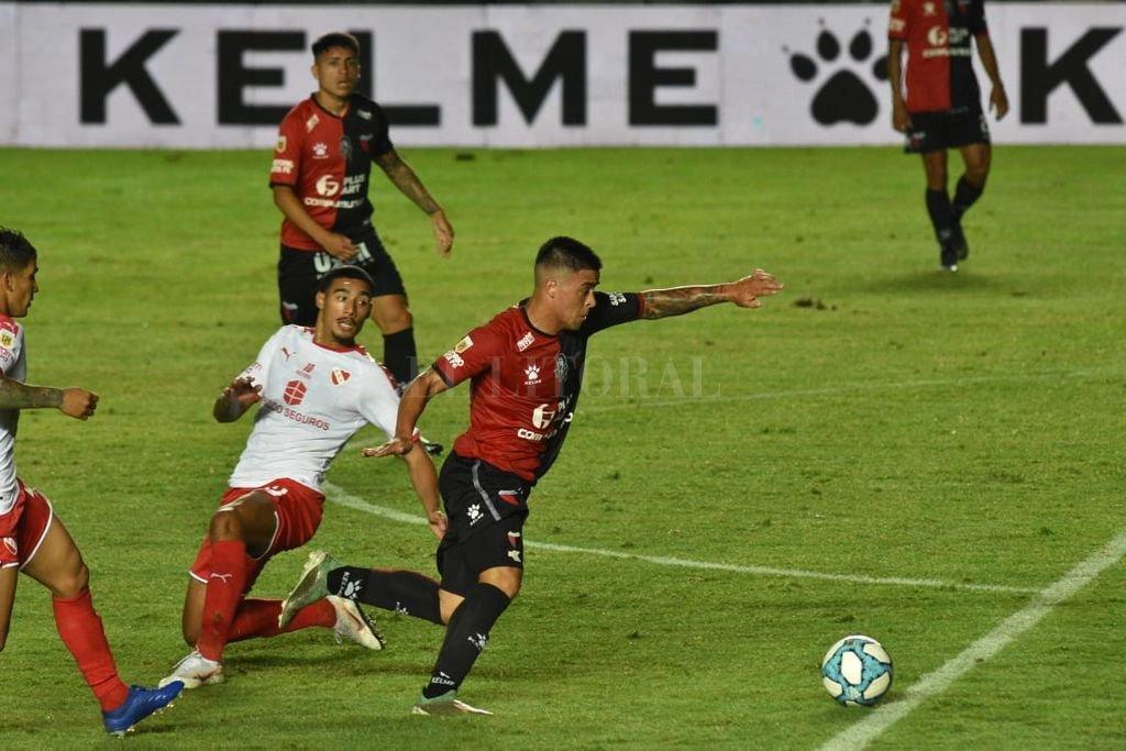 Brian Fernández dejó en el suelo al defensor y pone el descuento Crédito: Mauricio Garín